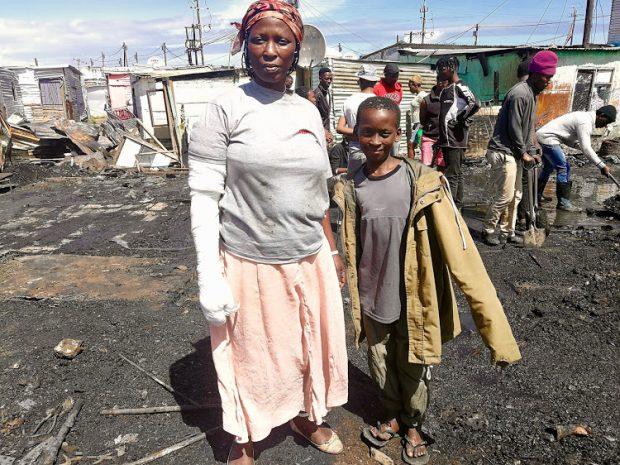 Băiatul și mama lui, pe care a salvat-o din incendiu