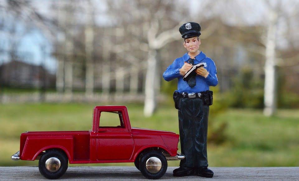 Polițist trimis în judecată pentru luare de mită și alte infracțiuni