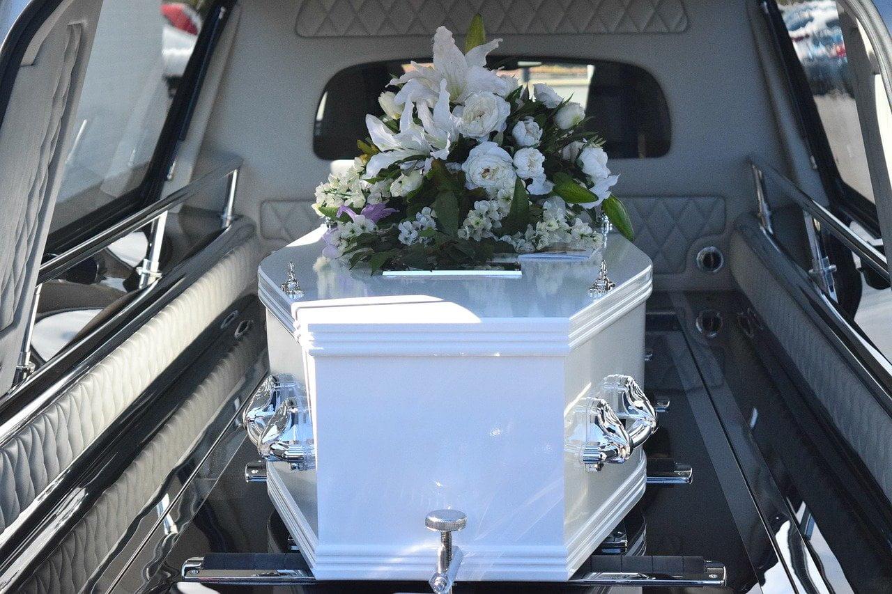 Diferența dintre înmormântare și pomenire