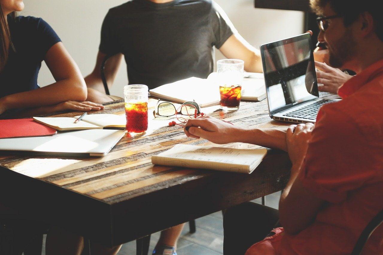 Lucrând în echipă, fiecare participant învață